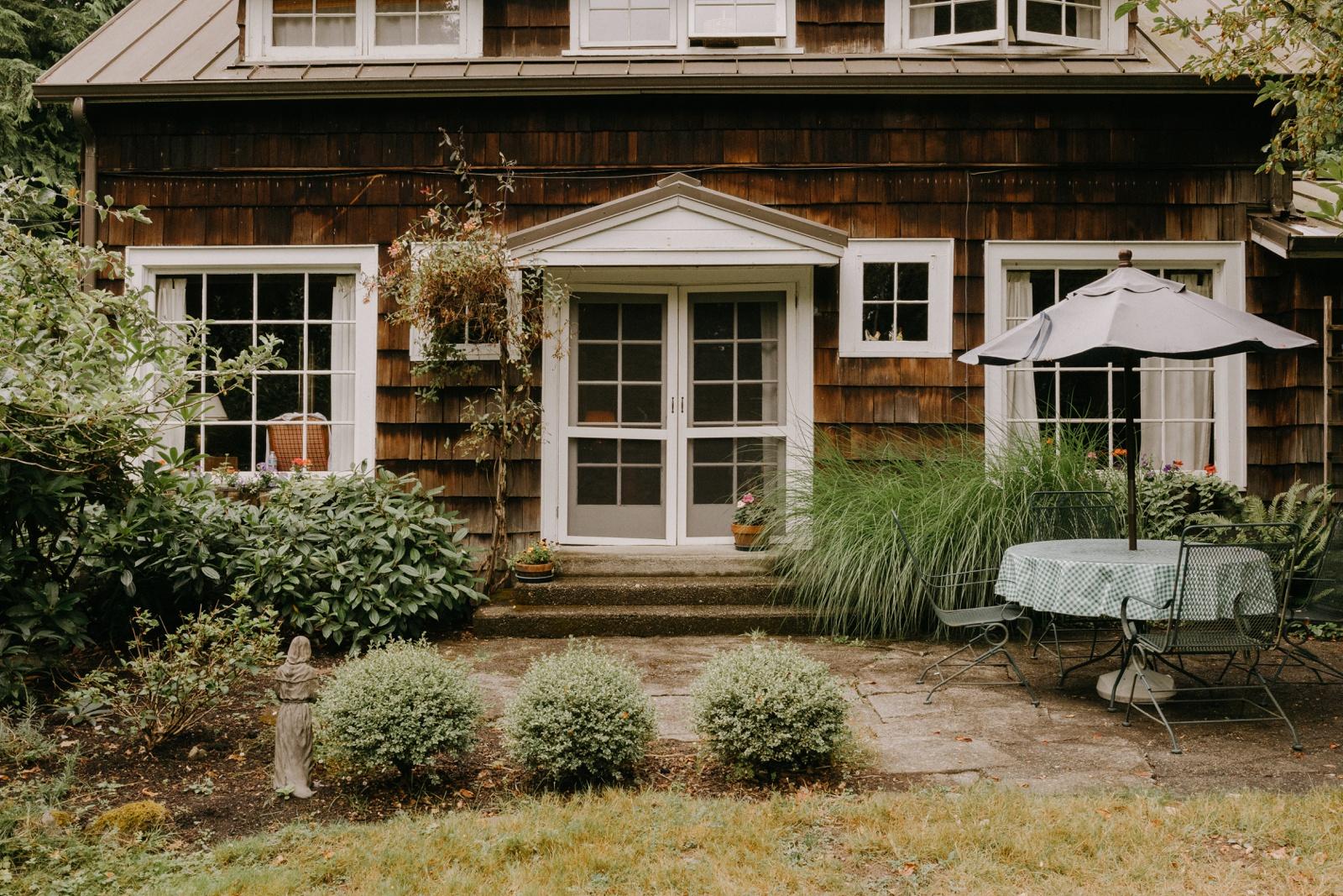 Matthew and Autumn Intimate Outdoor Backyard Wedding_0038
